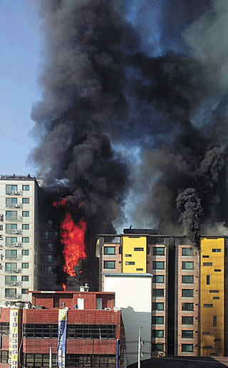 Thick smoke rises from the scene of a fire in Uijeongbu, Gyeonggi, 27 kilometers north of Seoul (17 miles) on Saturday morning, leaving four dead and 124 injured as of press time Sunday. [NEWSIS]